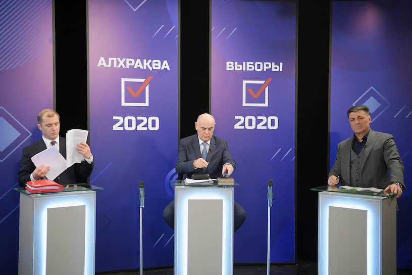 Слева направо: кандидаты на должность президента Республики Абхазия Адгур Ардзинба, Аслан Бжания и Леонид Дзапшба во время дебатов