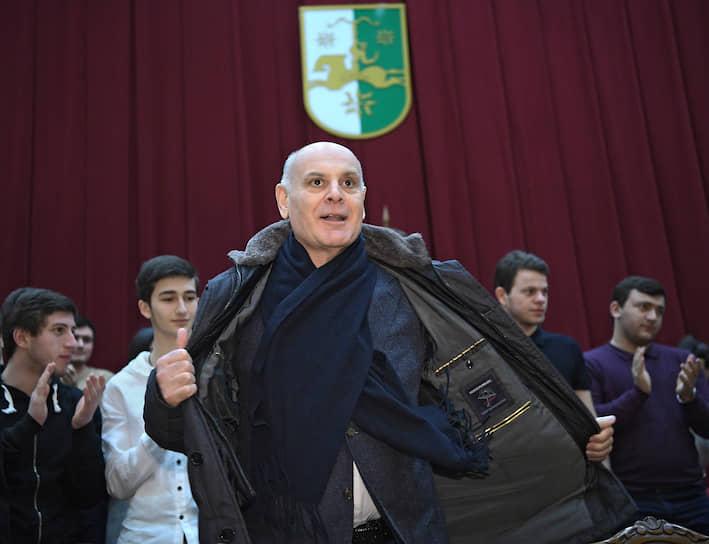 Кандидат на должность президента Абхазии Аслан Бжания во время встречи с избирателями