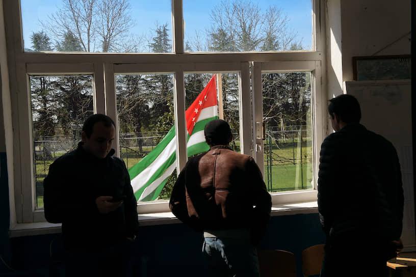 Мужчины на избирательном участке