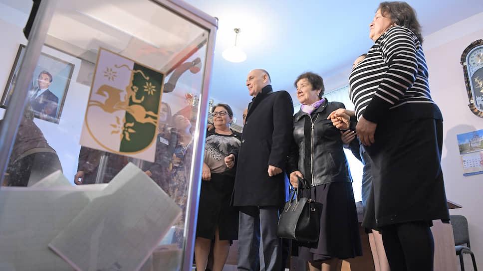 Кандидат в президенты Абхазии Аслан Бжания (третий справа) на избирательном участке
