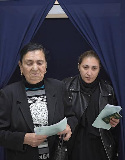 Голосующие на избирательном участке женщины