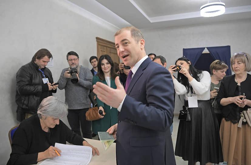 Кандидат в президенты Абхазии Адгур Ардзинба на избирательном участке