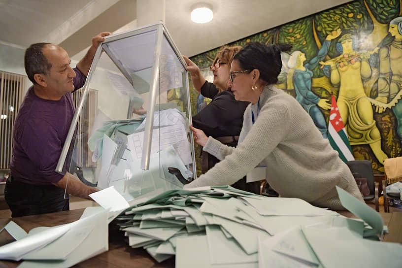Члены участковой избирательной комиссии во время вскрытия избирательной урны с бюллетенями