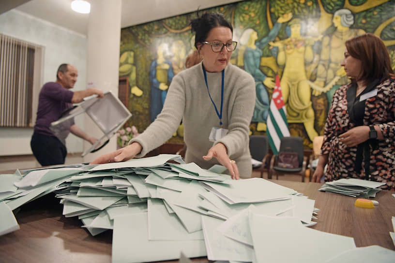 Члены участковой избирательной комиссии во время разбора бюллетеней после окончания голосования