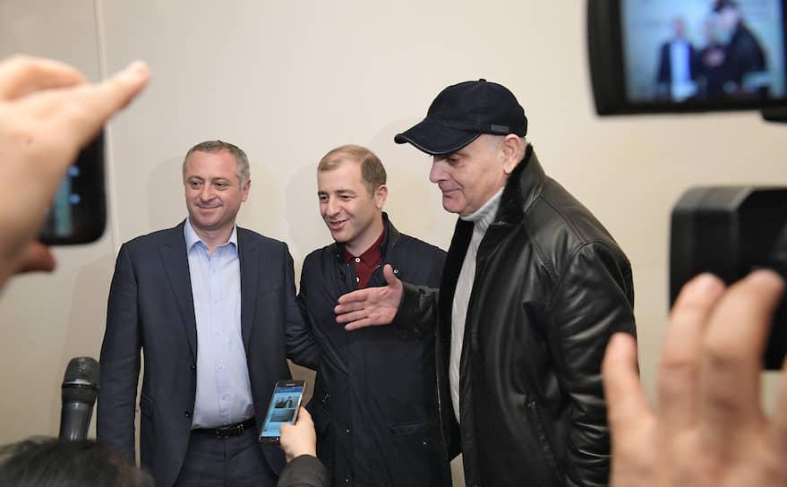 Кандидаты на должность президента Абхазии Аслан Бжания (справа) и Адгур Ардзинба (в центре)