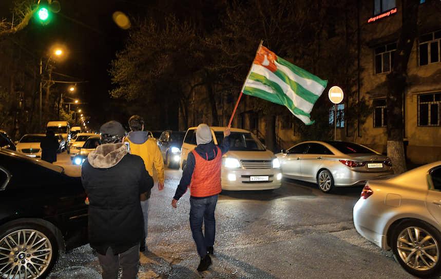 Жители города на улице после окончания голосования