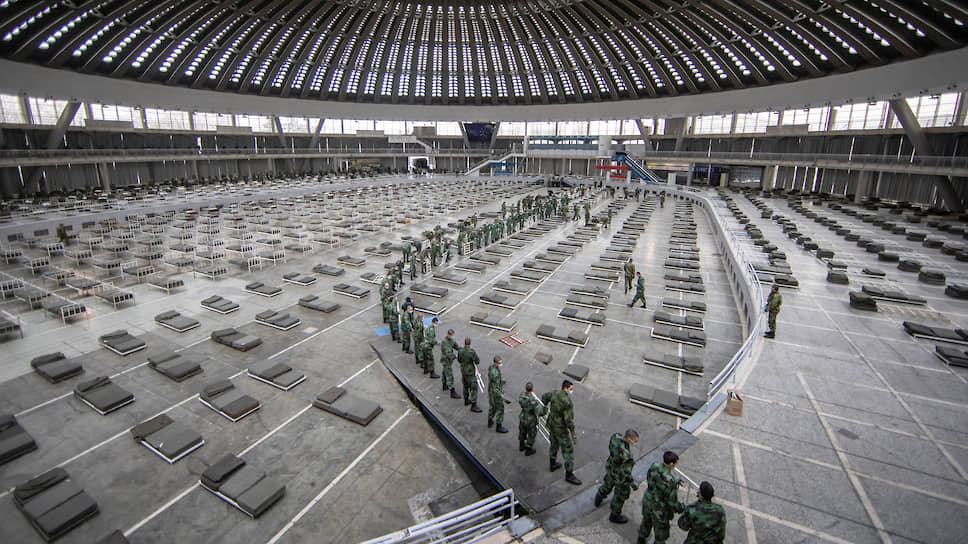 Белград, Сербия. Военные готовят городской ярмарочный павильон к приему людей с симптомами коронавируса