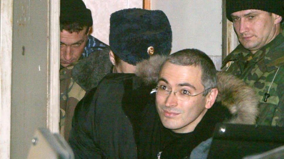 Бывший глава нефтяной компании ЮКОС Михаил Ходорковский после заседания Басманного суда столицы 23 декабря 2003 года