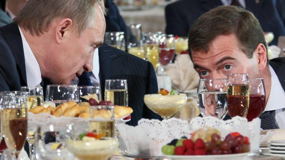 Президент Владимир Путин (слева) и первый заместитель председателя правительства Дмитрий Медведев (справа) 24 декабря 2007 года на церемонии открытия Года семьи в России