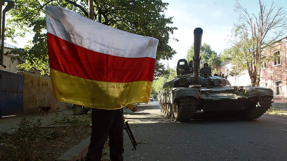 Грузино-югоосетинский конфликт. Танки 58-й армии России входят в город Цхинвал. Местный житель приветствует их с флагом Южной Осетии
