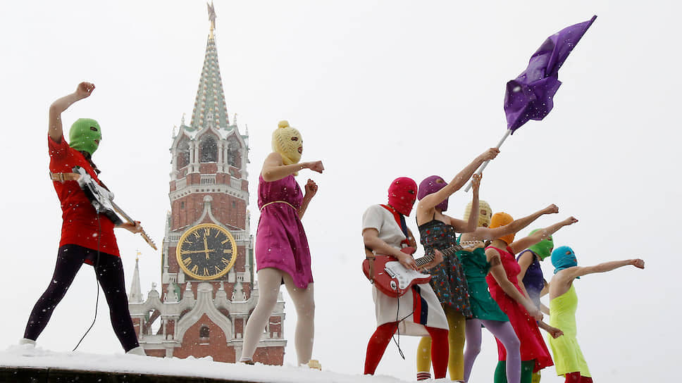 Pussy Riot 12 января 2012 года во время акции на Красной площади