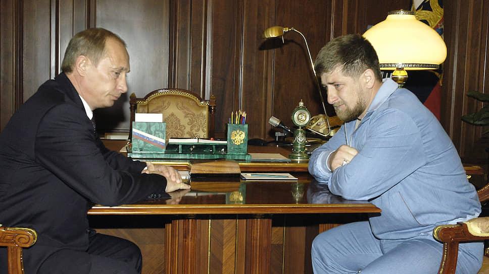 Президент Владимир Путин (слева) 9 мая 2004 года на встрече с начальником безопасности президента Чечни Рамзаном Кадыровым (справа)