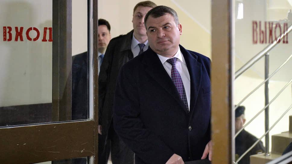 Бывший министр обороны России Анатолий Сердюков (справа) перед началом допроса
