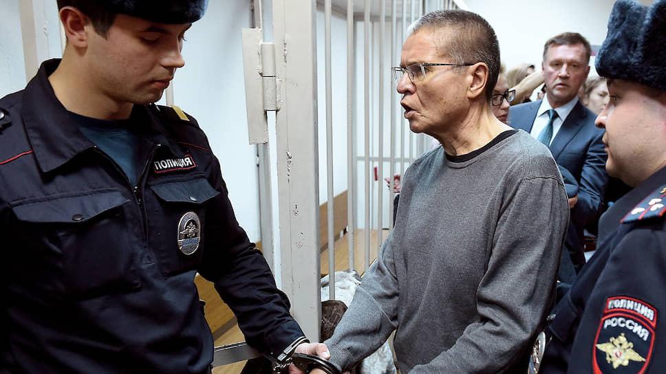 Бывший министр экономического развития Алексей Улюкаев (в центре) во время оглашения приговора в Замоскворецком районном суде