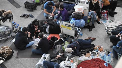 «Внуково» стало местом заточения  / Трое иностранцев застряли в транзитной зоне аэропорта