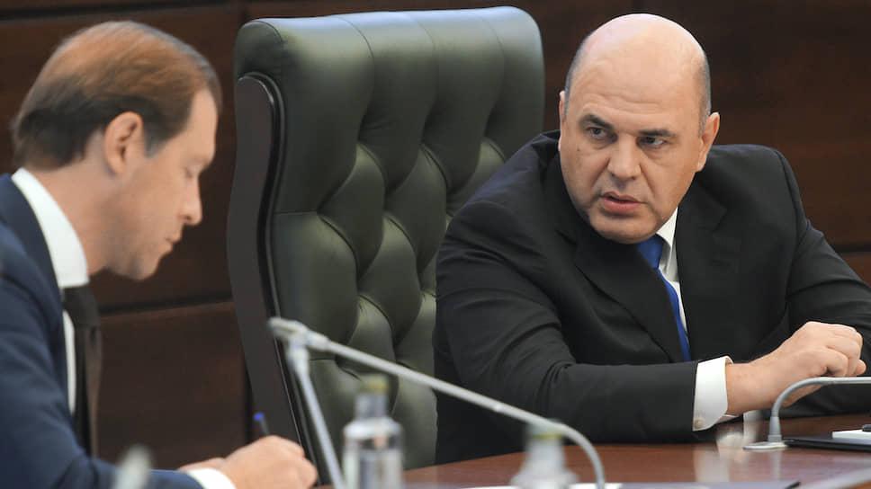 Министр промышленности и торговли Денис Мантуров (слева) и премьер-министр России Михаил Мишустин