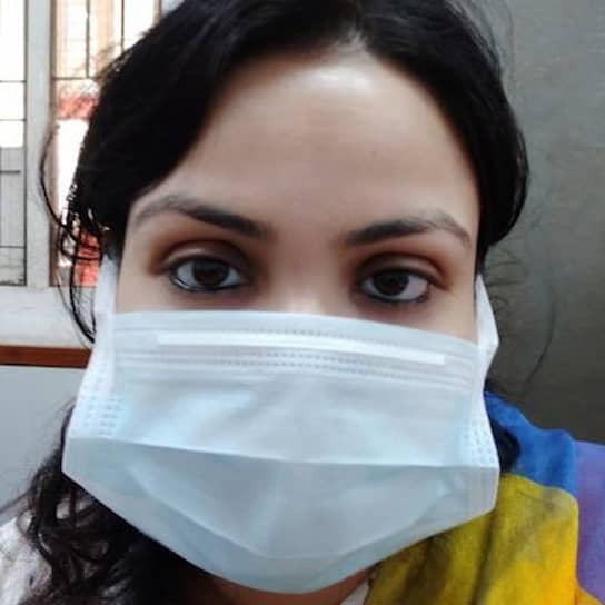 В индийском городе Сурат врачи и медсестры, которые круглосуточно занимаются борьбой с коронавирусом, начали подвергаться нападениям. Некоторые медики даже были изгнаны из своих домов панически настроенными соседями, боящимися заразиться. <b>Санджибани Паниграхи</b> (на фото) рассказала, как ей заблокировали вход домой и угрожали те, кто еще вчера мирно с ней общался