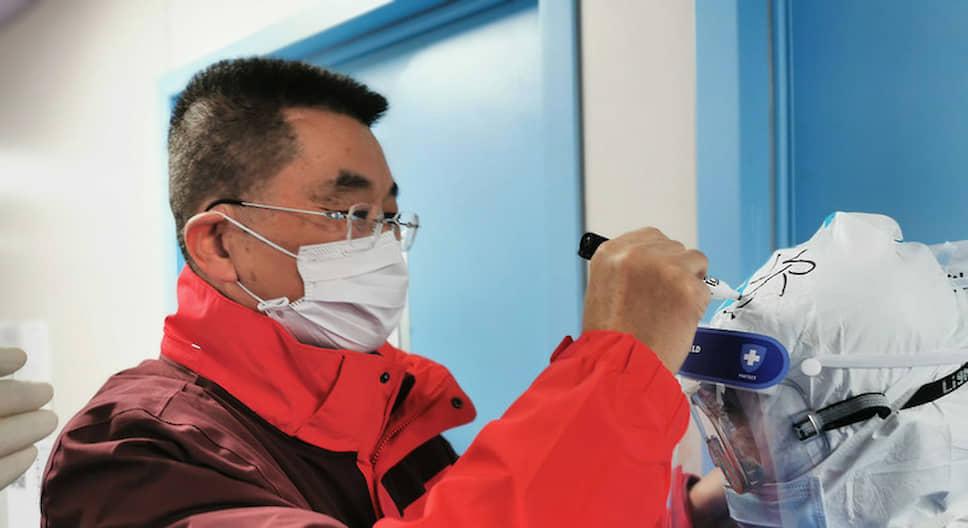 Китайский доктор  <b>Сян Лу </b> с 30-летним стажем работы одним из первых в январе начал борьбу с коронавирусом, собрав за сутки команду врачей из 310 человек. Первые недели у них не было времени даже на еду. Сян Лу одновременно работал плотником, перестраивая общие палаты в инфекционные. Сам он не заболел и вылечил несколько сотен человек