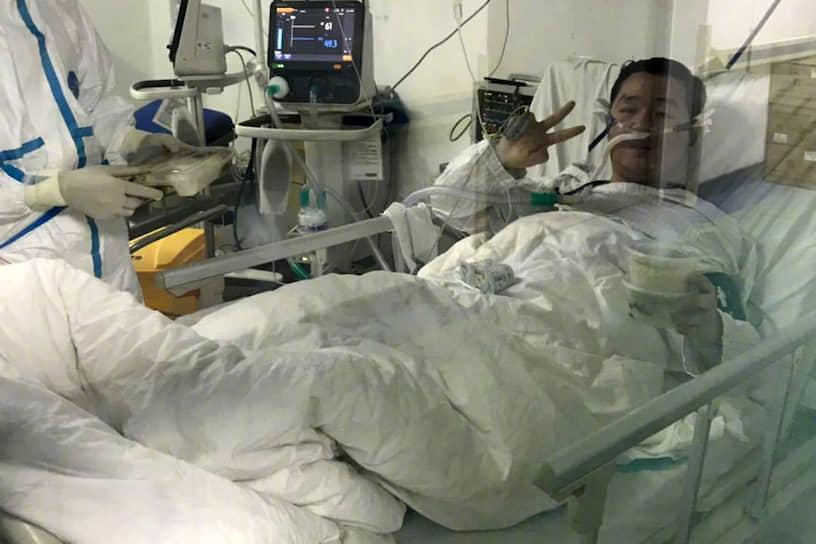 21 февраля от коронавируса скончался 29-летний китайский врач <b>Пэн Иньхуа</b>, который отложил свою свадьбу, чтобы помочь коллегам в борьбе с эпидемией. В его кабинете были найдены свадебные приглашения, которые врач не успел отправить