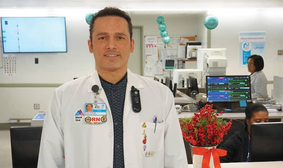 25 марта в Нью-Йорке скончался 48-летний медбрат <b>Джордан Келли</b>. Персоналу его больницы не хватало средств защиты. Врачи были вынуждены использовать мешки для мусора, чтобы не заразиться. Медсестрам приходилось использовать один и тот же комплект одежды для работы с инфицированными и неинфицированными пациентами