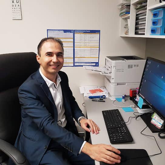 Австралийские СМИ называют героем врача общей практики  <b>Камрана Али </b>, который работал в двух клиниках 28 дней подряд, принимая в сутки до 55 пациентов с подозрением на коронавирус