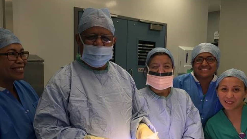 63-летний <b>Адиль Эль-Таяр</b> (второй слева), специалист по трансплантации органов, работал в разных странах мира. Но после вспышки эпидемии срочно вернулся в Лондон и попросился на самый трудный участок работы. Заболев коронавирусом, он прожил всего 12 дней и умер