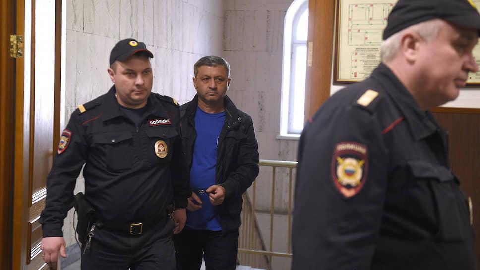 Бывший первый заместитель руководителя СКР по КЧР Казбек Булатов (в центре)