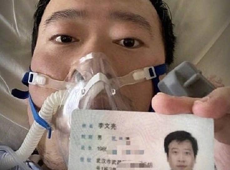 7 февраля 34-летний китайский офтальмолог <b>Ли Вэньлян</b>, который первым предупредил коллег о появлении нового типа коронавируса и был арестован за распространение ложных слухов, скончался в больнице. На своей страничке в соцсети врач до самой смерти продолжал рассказывать о симптомах и давал советы, как можно избежать заболевания