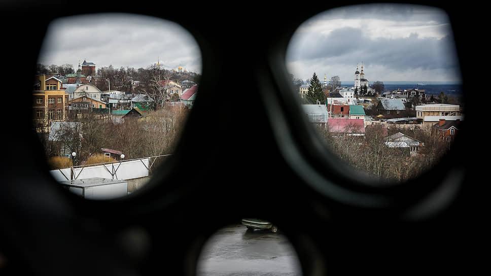 Владимир, Россия. Вид на город через противогаз