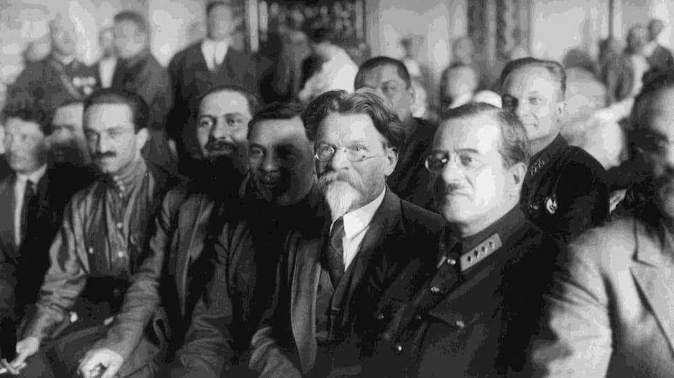 Иосиф Уншлихт (на фото — в первом ряду, в военной форме) после провала утверждал, что пытался отозвать товарища Володьку и не давал ему разрешения на теракты