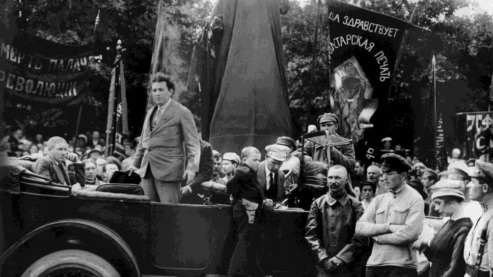 Григорий Зиновьев (на фото — выступает с машины) горячо убеждал товарищей, что время германской революции уже пришло