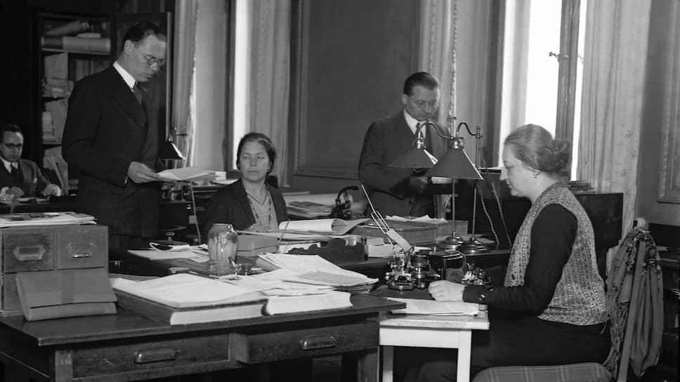 Советник германского посольства Густав Хильгер (на фото — слева) уверял, что встречался с арестованными студентами лишь раз, случайно, и ничего не знал об их планах и намерениях