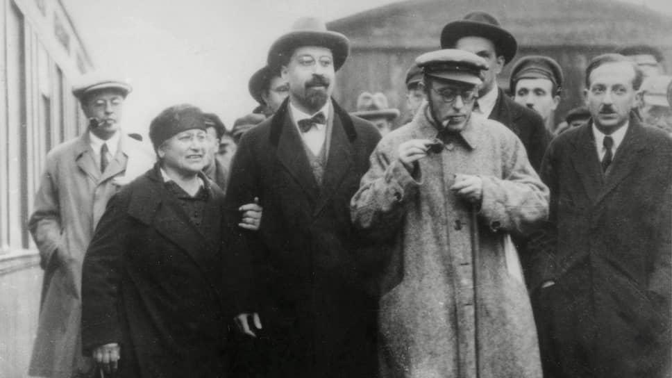 Свою поездку в Германию в качестве тайного руководителя революции Карл Радек (на фото — в центре, с трубкой) начал с явно нарушавших все правила конспирации выходок в Варшаве