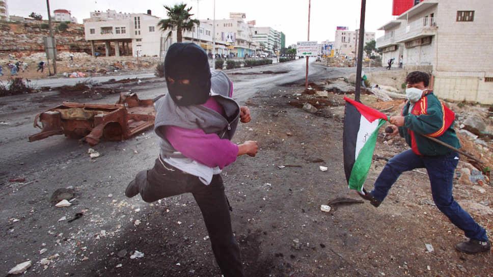 Палестинские подростки забрасывают камнями израильский блокпост