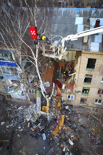 Позднее оперативный штаб МЧС, развернутый во дворе дома, разрешил большинству жильцов, чьи квартиры не пострадали, вернуться к себе