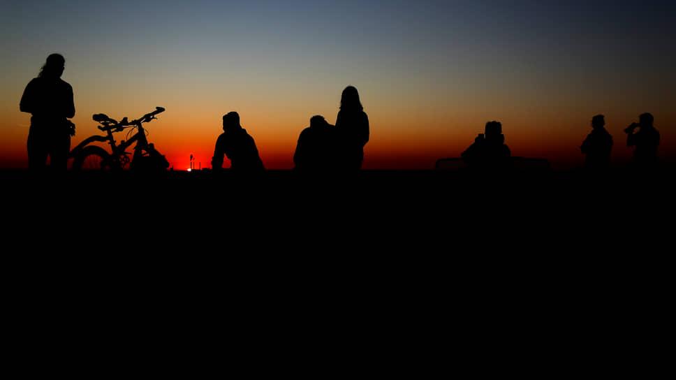 Мюнхен, Германия. Местные жители наблюдают восход солнца