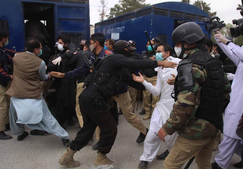 Кветта, Пакистан. Акция протеста врачей, требующих необходимого медицинского оборудования для борьбы с коронавирусом