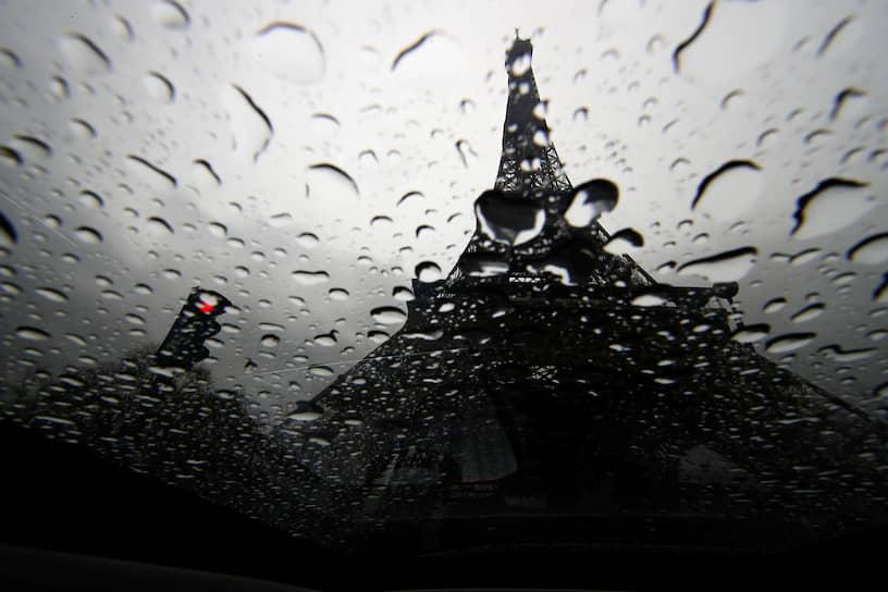Париж, Франция. Вид на Эйфелеву башню сквозь стекло автомобиля