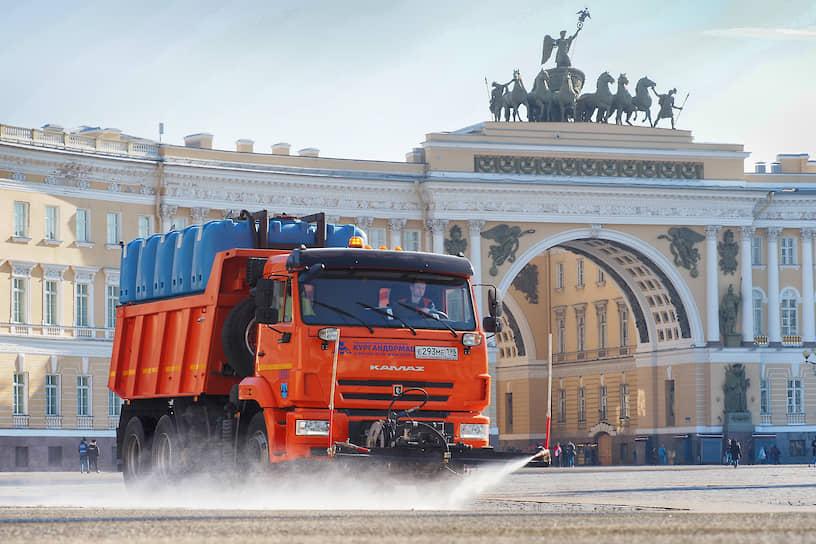 Поливальная машина на Дворцовой площади в Санкт-Петербурге