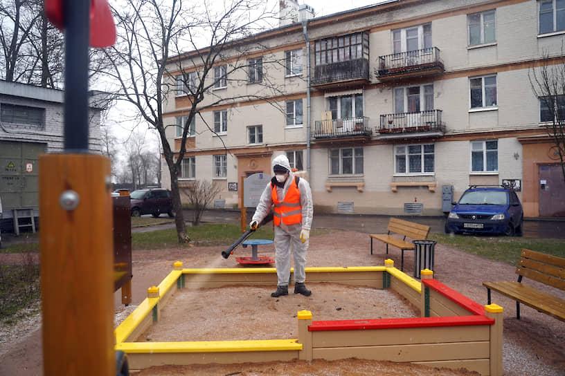 Дезинфекция детской площадки в городе Стрельна в пригороде Санкт-Петербурга