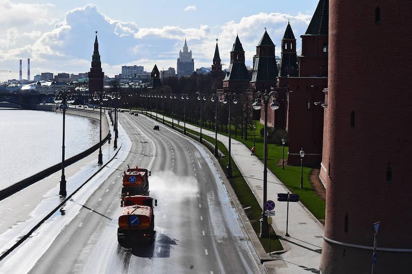 Поливальные машины на Кремлевской набережной