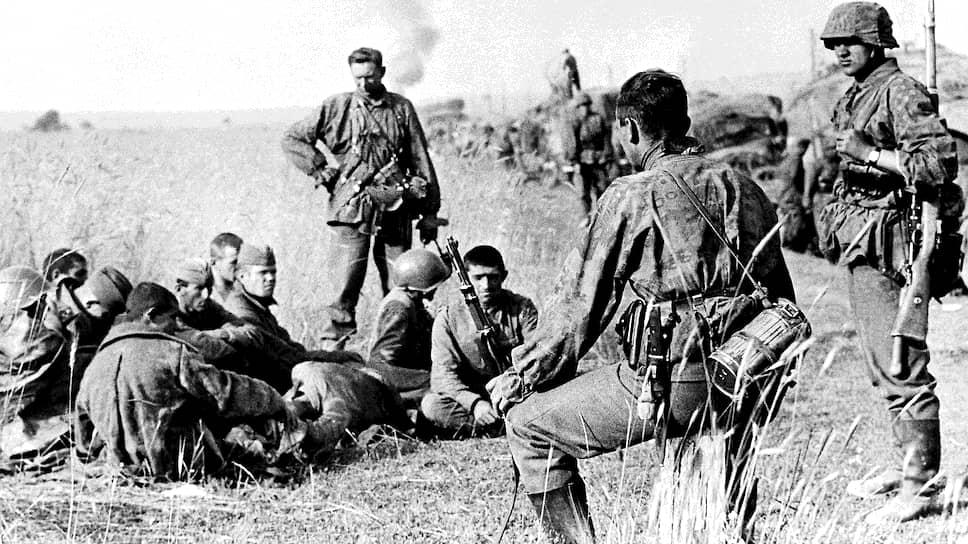 Немецкие военные следят за советскими военнопленными, август 1941-го
