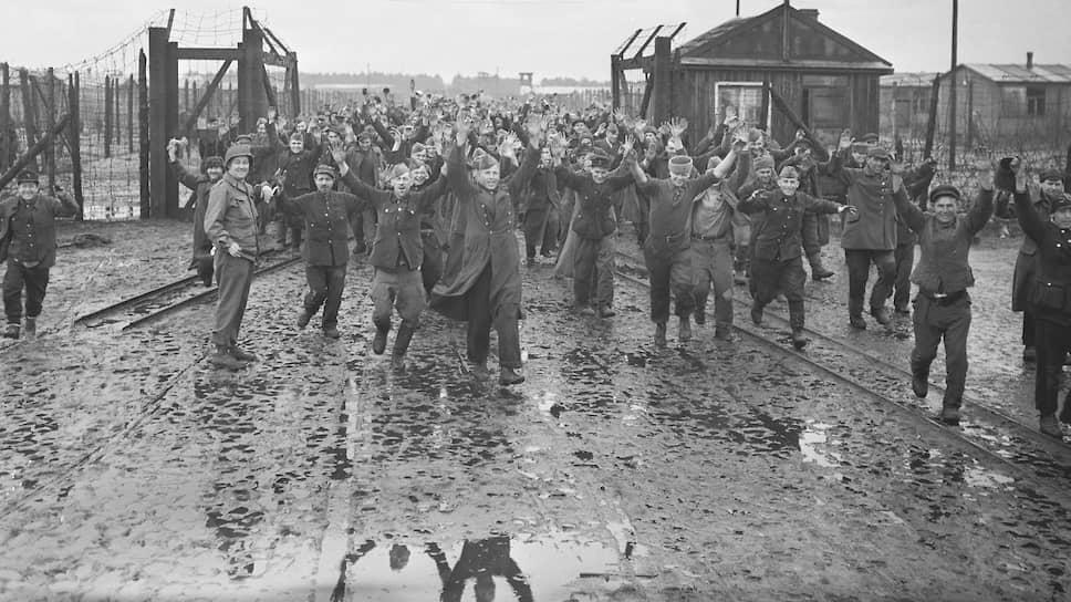 Освобожденные советские военнопленные в лагере шталаг 326