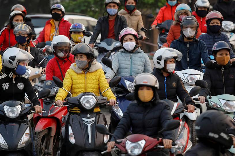 Хайзыонг, Вьетнам. Люди после работы ждут паром