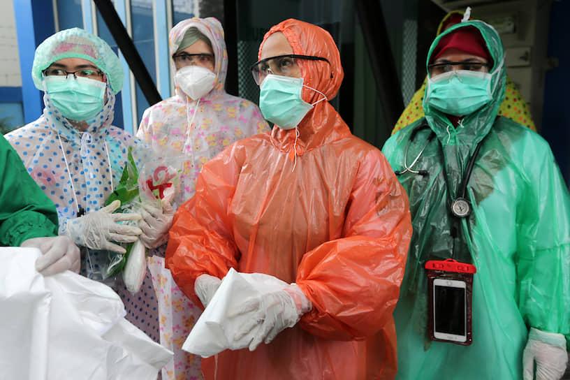 Ачех, Индонезия. Медработники в дождевиках, используемых в качестве защитных костюмов от коронавируса