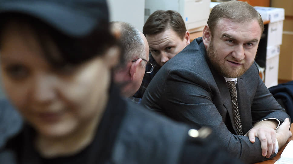 Рауф Арашуков (справа) и адвокат Рауфа Арашукова Евгений Устин (второй справа)