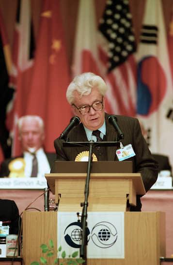 Председатель правления АПН Альберт Власов во время выступления на XI-й Всемирной конференции средств массовой информации, 1990 год