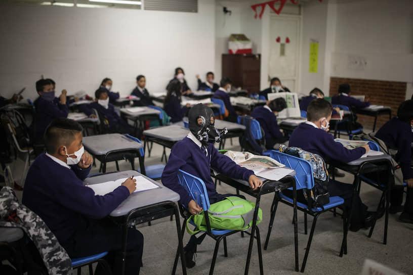 Соача, Колумбия. Школьник в самодельном респираторе