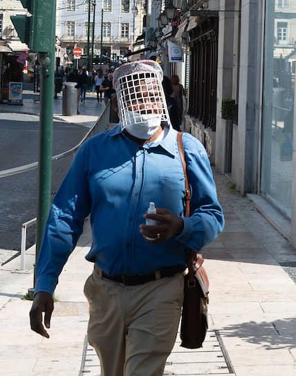 Лиссабон, Португалия. Мужчина в самодельной защитной маске