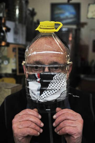 Ливорно, Италия. Продавец вина в самодельной маске из пластиковой бутылки